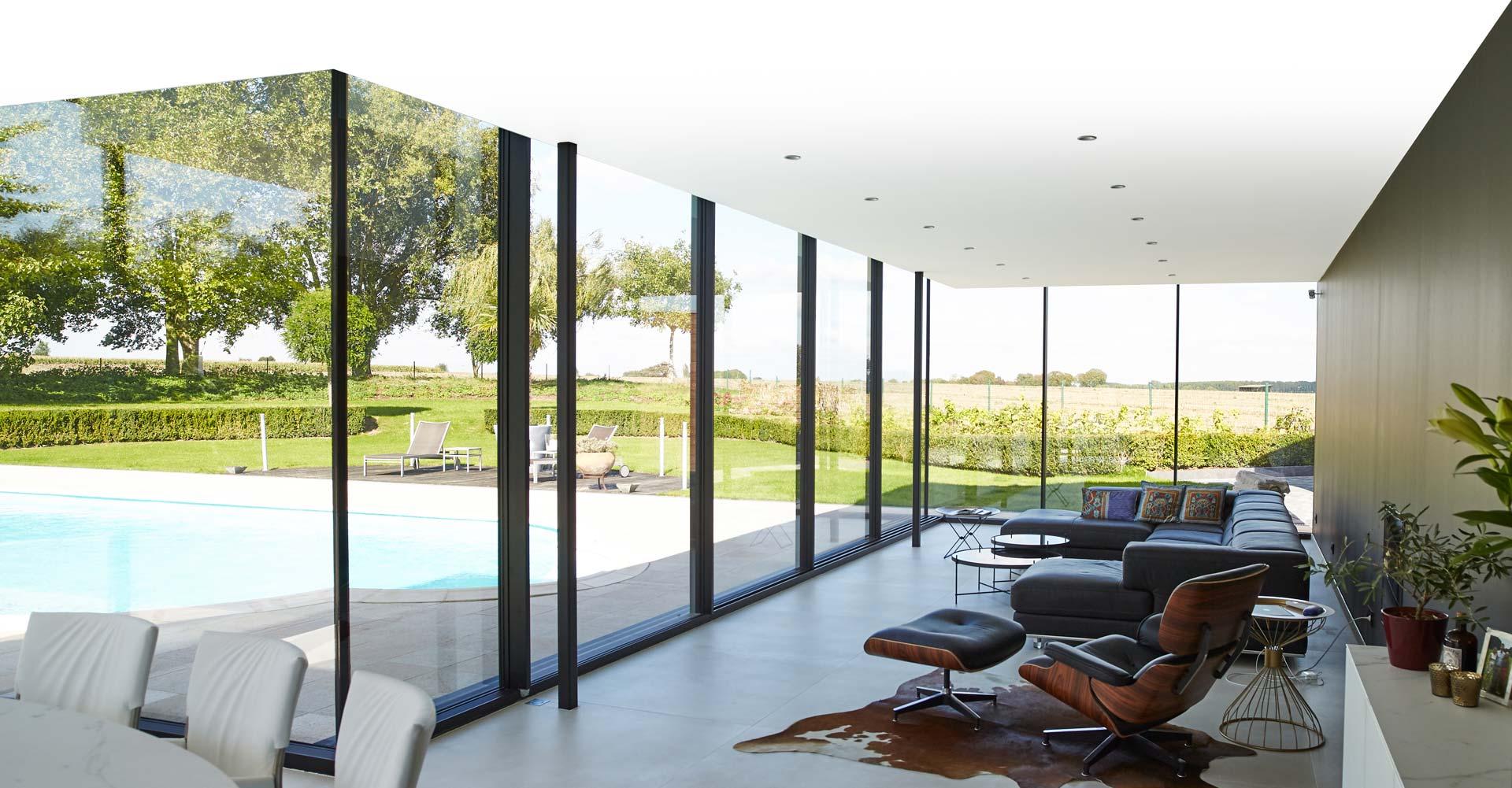 Belle vue d'une extension de maison avec piscine